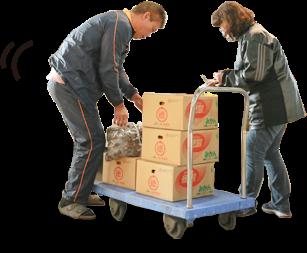商品を台車で運ぶ2人